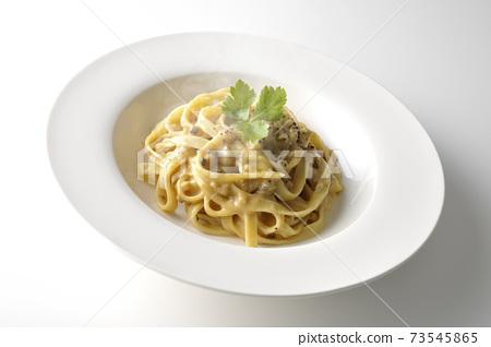 熱松露奶油平麵食與三葉在白色背景上的一張照片 73545865