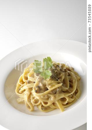 熱松露奶油平麵食與三葉在白色背景上的一張照片 73545889