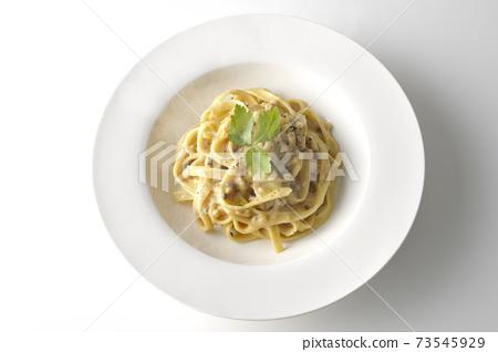熱松露奶油平麵食與三葉在白色背景上的照片(頂視圖) 73545929