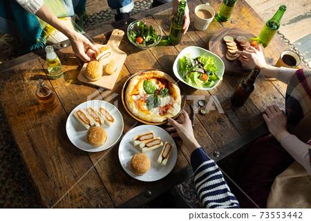 在桌上吃飯的手 73553442