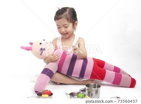 小孩在玩洋娃娃。 73560437