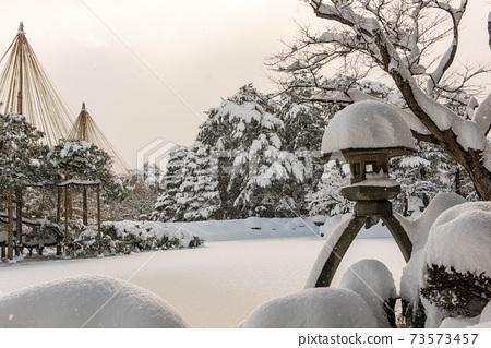 兼六園和雪掛在白雪皚皚的風景 73573457