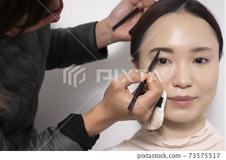 一個化妝的女人 73575517