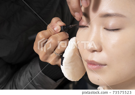 一個化妝的女人 73575523