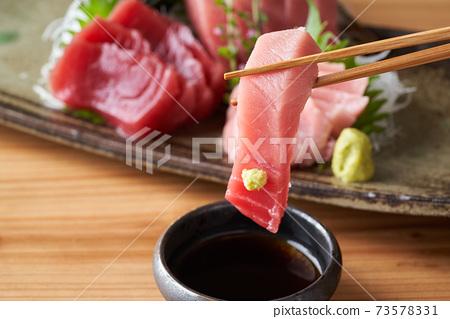 將Toro的生魚片浸泡在醬油中的沙丁魚中 73578331