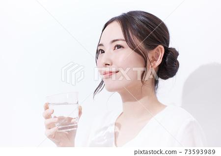 喝礦泉水的年輕女子的畫像 73593989