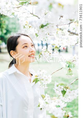 白櫻花和年輕女子 73611901