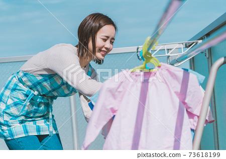 育兒媽媽洗衣 73618199