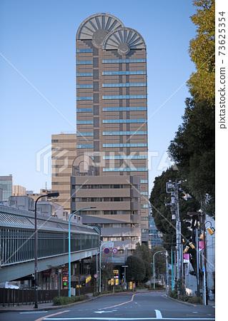 Looking toward Ebisu Skywalk and Ebisu Station, which connects Japan's Tokyo cityscape, Ebisu Garden Place, etc. 73625354