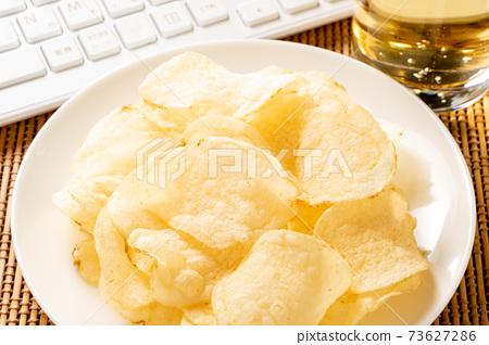 網上酒會的快餐形象。薯片,高球和鍵盤。 73627286