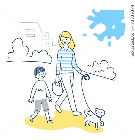 父母和孩子帶著狗散步 73639374