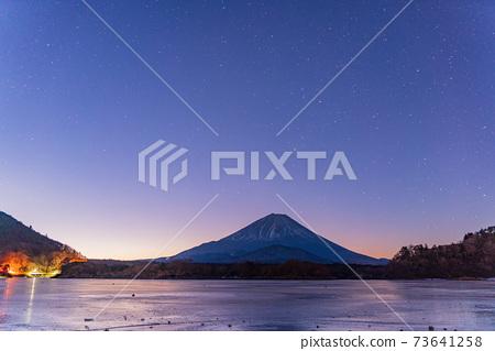 (야마나시 현) 별빛 결빙 한 精進湖 후지산 73641258