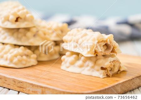 white chocolate with caramel and cereal crispy bar 73656462