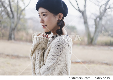 在公園散步的女人 73657249