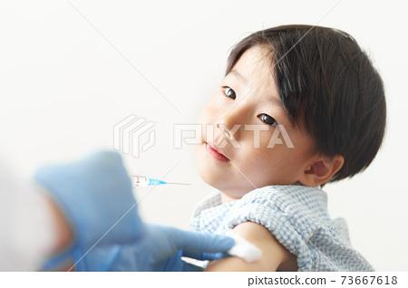 接種疫苗的男孩 73667618