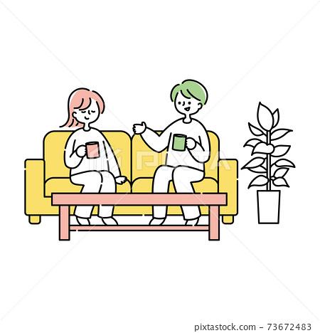 放鬆在沙發的夫婦 73672483
