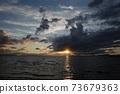 일몰 전에 바다 불안정한 날씨 73679363