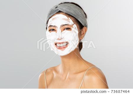 얼굴에 거품을 붙이는 여성 73687464