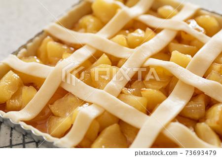 在烤箱中烘烤之前在家製作糖果蘋果派 73693479