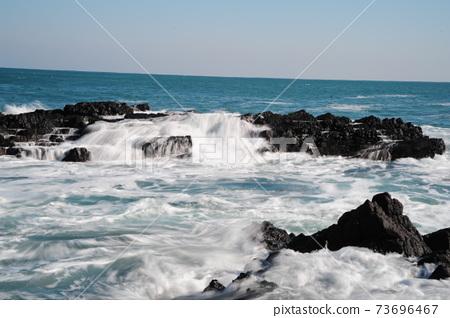 파도.바위섬.물결.등대.주상절리  73696467