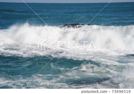 파도.바위섬.물결.등대.주상절리  73696519