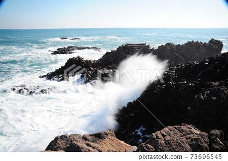 파도.바위섬.물결.등대.주상절리  73696545