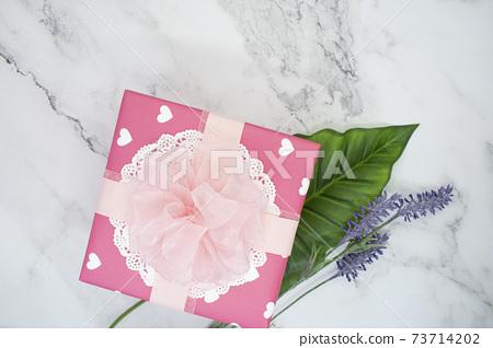 대리석 바탕에 식물과 선물상자 연출 73714202