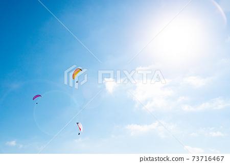 巴拉滑翔機和太陽在藍色夏日的天空中飛翔 73716467