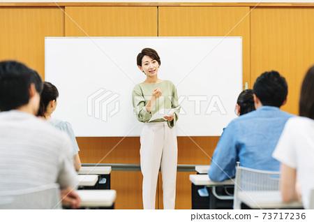 女講師在研討會上講話 73717236
