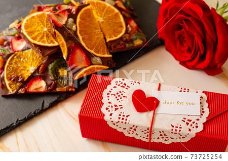빨간 장미와 말린 과일 초콜릿 버크 73725254
