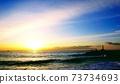 小田原美幸(Miyuki Odawara)在日出時在海灘,堤防和燈塔上 73734693