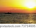 海和漁船在日出時的剪影 73734695