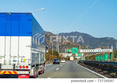 일본의 교통 · 일본의 물류 ·도 메이 고속도로를 달리는 차량 73736897