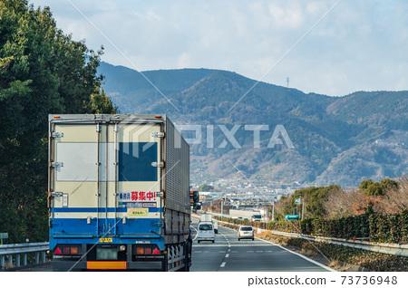 일본의 교통 · 일본의 물류 ·도 메이 고속도로를 달리는 차량 73736948