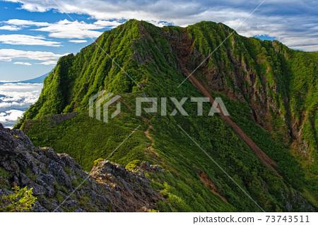 從八岳岳的垂直路線看的八嶽山脈和弓岳 73743511