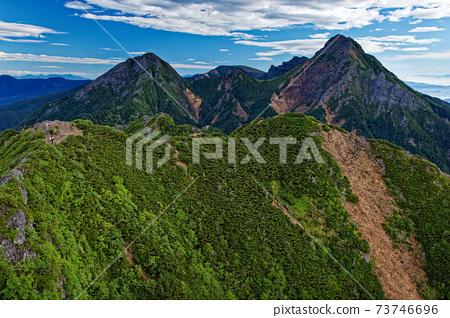 夏季從八嶽山脈和弓手嶽山頂眺望赤岳和ake岳 73746696