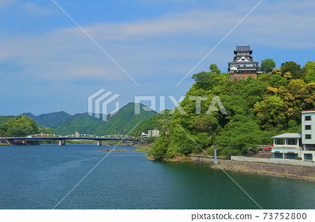 [愛知縣]新鮮的綠色犬山城城堡塔和木曾川 73752800