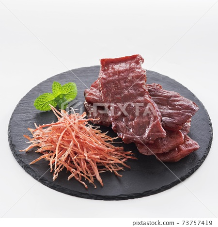 盤中撕開豬肉脯叉燒肉 73757419