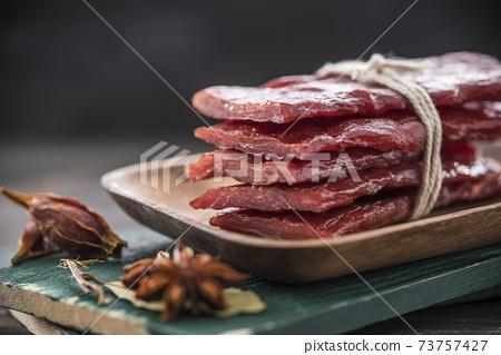 繩子綁起來的豬肉脯叉燒肉 73757427