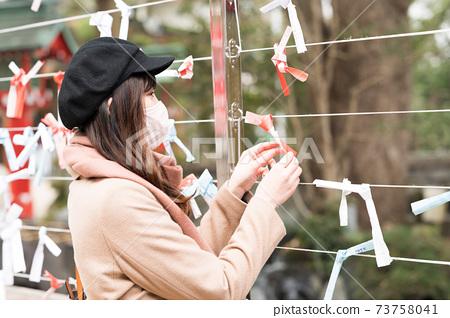 一個戴著面具祈禱的女人 73758041