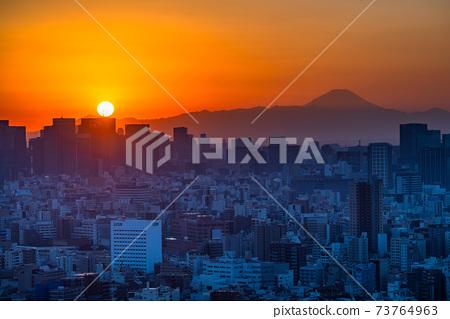 《東京》黃昏時分,富士山和城市景觀 73764963