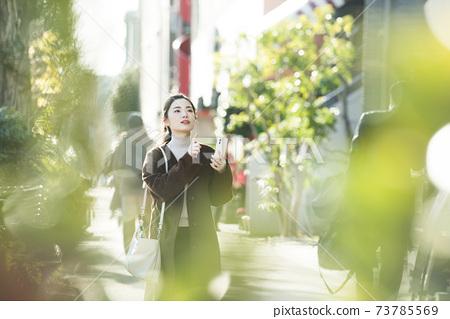 尋找在她的智能手機上一個年輕女子目的地 73785569