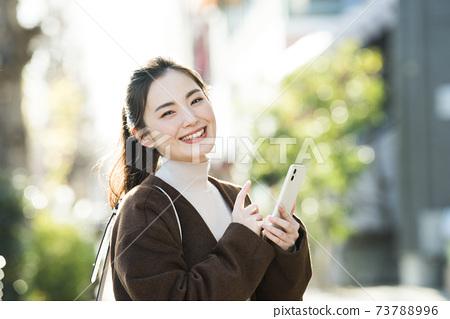 젊은 여성 스마트 폰 검색 카메라 시선 73788996