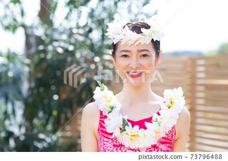 做hula舞蹈的婦女 73796488