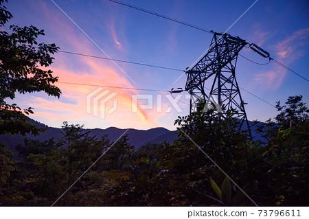 새벽의 타니가와 연봉과 철탑의 실루엣 73796611
