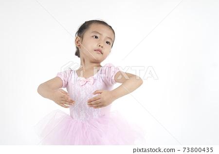 孩子正在做芭蕾舞動作。 73800435