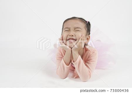 穿芭蕾舞服的女孩笑得很開。 73800436