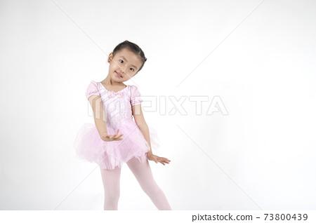 這個女孩在跳芭蕾舞。 73800439
