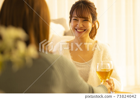 Drinking at home, drinking at home, white wine 73824042