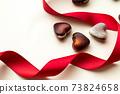 巧克力與紅絲帶和心的情人節形象 73824658